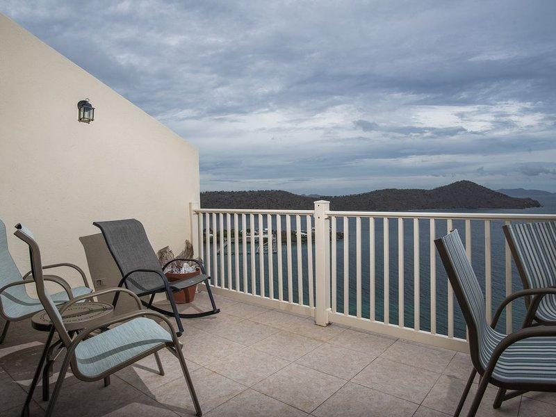 Entspannen Sie auf dem Balkon und genießen Sie die Aussicht.