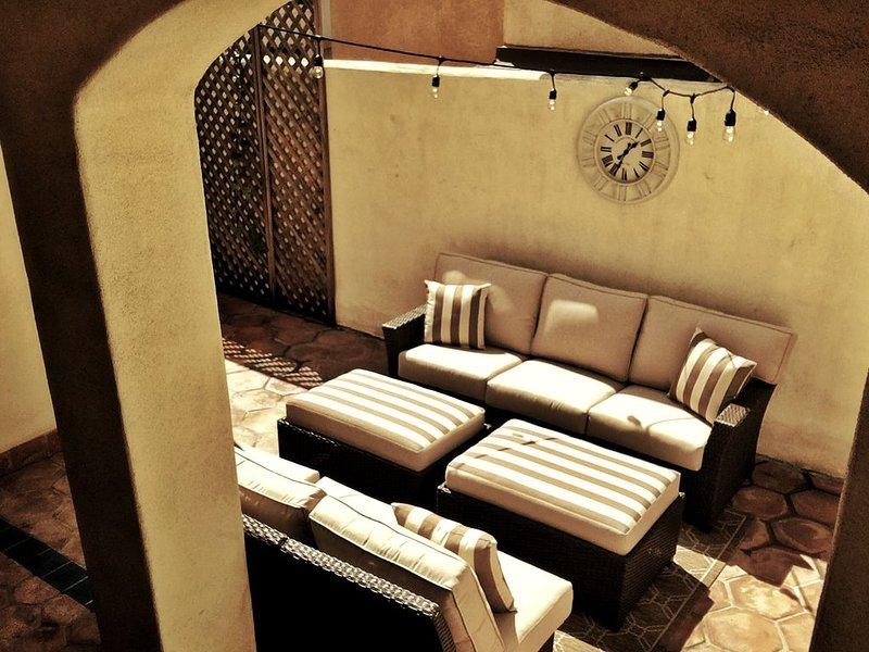 Les meubles de patio confortables en font un endroit idéal pour se détendre