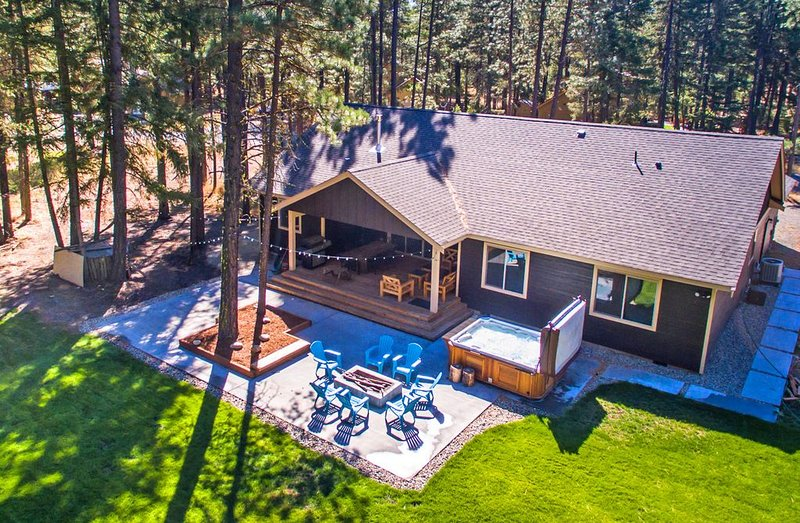 Fantastic Outdoor Living!  Private Hot Tub and Summer Pool!, casa vacanza a Cle Elum