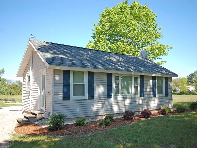 Clean, Charming, Updated Cottage in Empire Near Sleeping Bear Dunes and Beach, alquiler vacacional en Empire