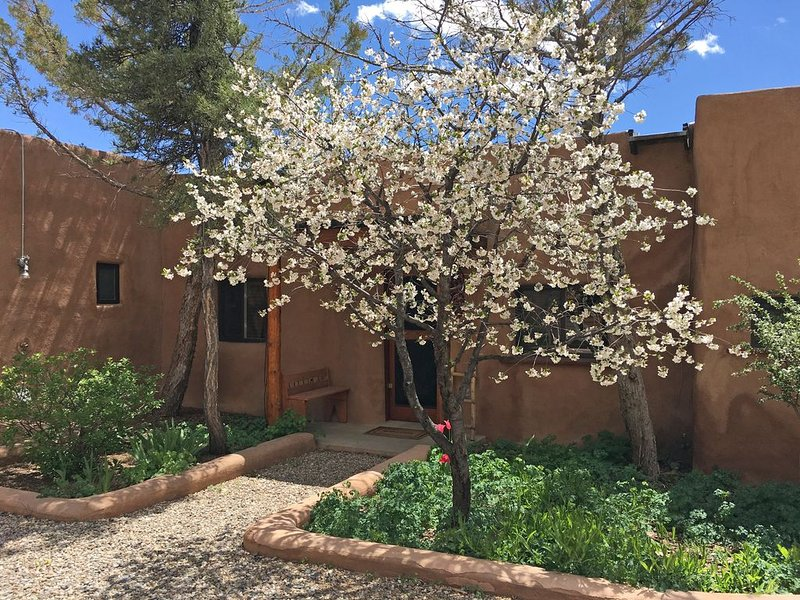La Casita  Upscale Southwest Charm Walk to Plaza, holiday rental in Taos