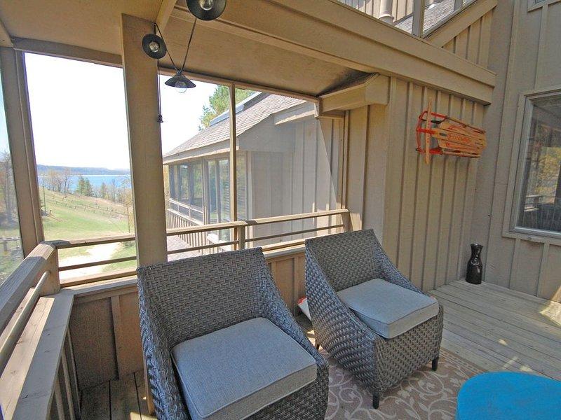 Beachy, 1BR/2BA Condo w/Partial Lake View in Glen Arbor's Homestead Resort!, location de vacances à Glen Arbor