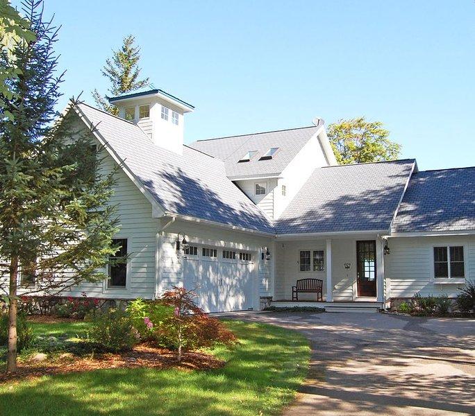 Roomy, Beautiful Home on 100' of Glen Lake Beach with Dock, alquiler vacacional en Empire