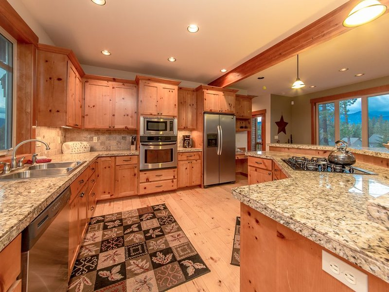 Custom Builders Cabin! Pet Friendly w/a Private Hot Tub & The Ridge Pool, vacation rental in Ronald