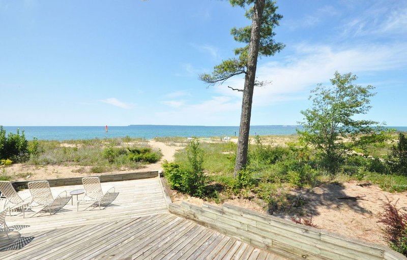 Lower Level Beachfront Condo In Glen Arbor - 4B/3BA!, aluguéis de temporada em Glen Arbor
