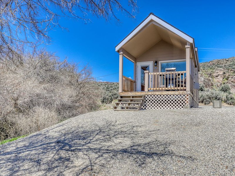 Lakefront cottage w/ private porch, BBQ & shared resort dock/marina/firepit, holiday rental in Electric City