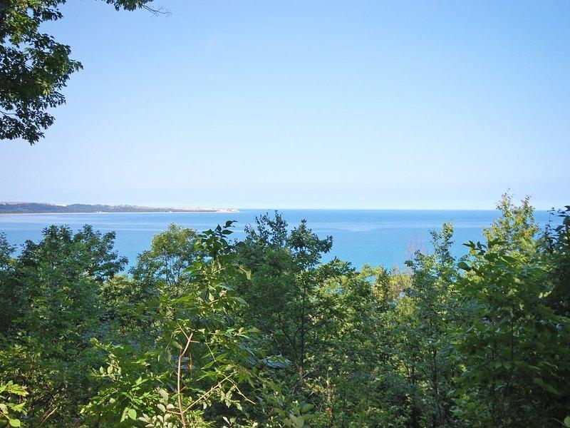 Cozy, Tasteful 2B/2B Glen Arbor Condo w/ Beautiful Lake Michigan Views!, aluguéis de temporada em Glen Arbor