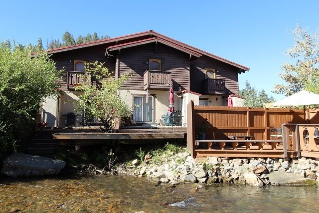 'River John' Prime Riverfront Townhouse! 1 block to ski-in town! WIFI, holiday rental in Red River
