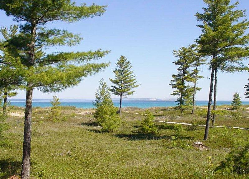 Lake Michigan Beachfront Condo in Glen Arbor with 4B/3B!, aluguéis de temporada em Glen Arbor