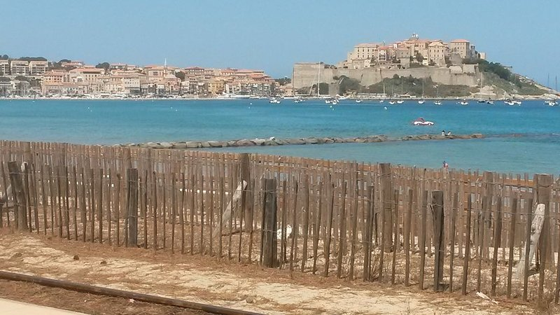 150m de la plage, appartement neuf climatisé avec 2 terrasses, parking et Wifi, vakantiewoning in Calvi