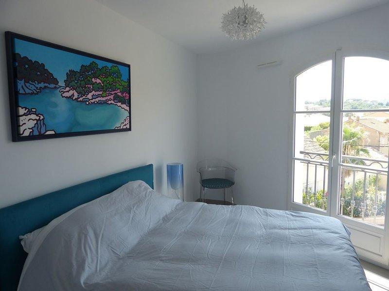 Place des  Lices au cœur de St Tropez appartement T2 neuf 2/4 pers avec parking, location de vacances à Saint-Tropez