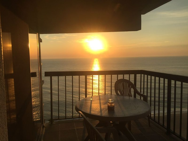-Southside Ocean Front Condo- Ocean, Pools & Bay View, holiday rental in Ocean City