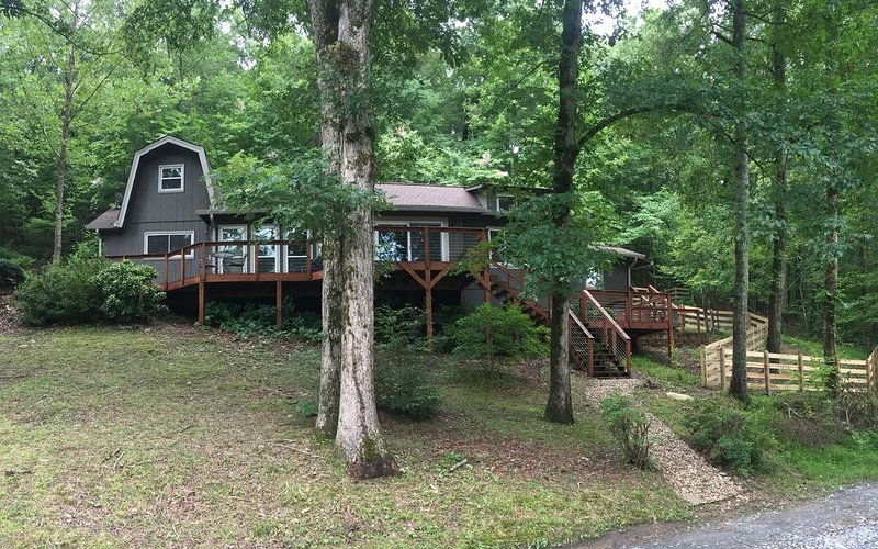 Dog-friendly, riverfront retreat, only three miles to Helen., holiday rental in Sautee Nacoochee