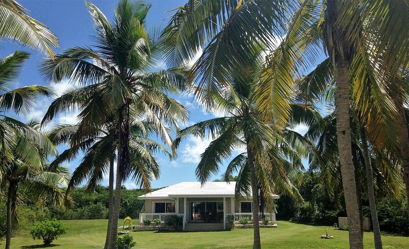 BEAUTIFUL TEN BAY BUNGALOW - 2 BR - 2 BATH, AIR CONDITIONED, WiFi, 40in SMART TV, holiday rental in Tarpum Bay