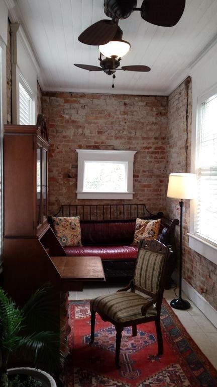 """Terraza acristalada llena de luz natural en el """"Apartamento Parlor"""" en alrededor de 1852 casa de pueblo"""