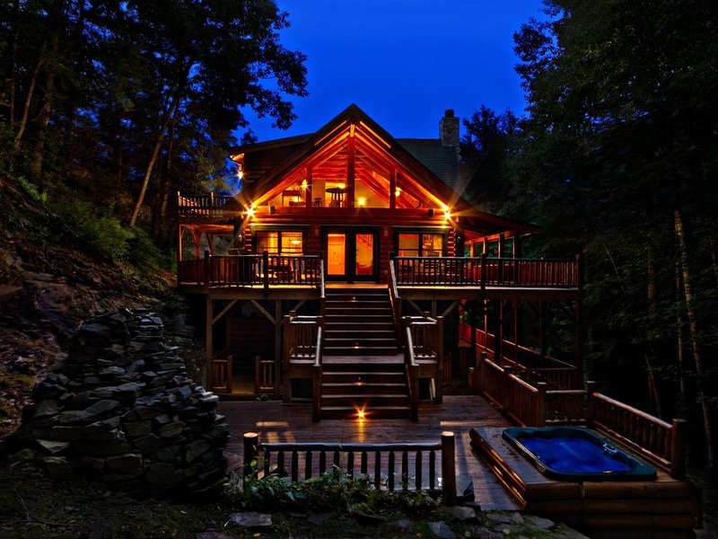 Luxury Log Home w/Gorgeous Waterfall Views! Hot Tub. Ski. WiFi. Min to Downtown!, vakantiewoning in Maggie Valley