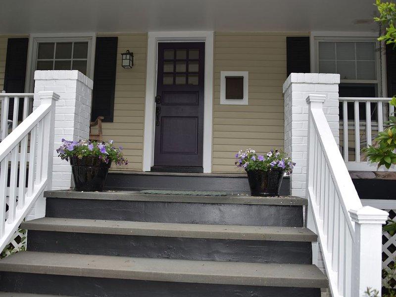Entrada principal a un acogedor porche delantero