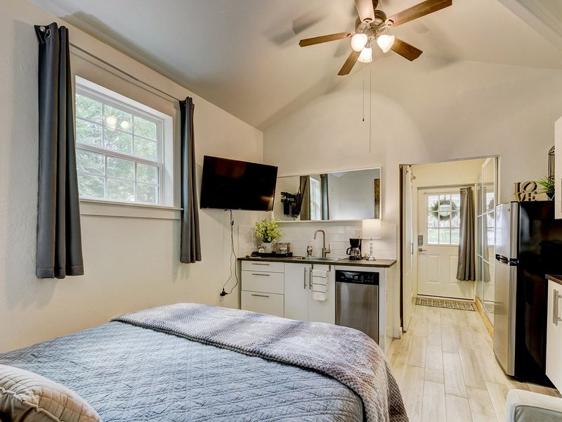 Stunning Studio Apartment at Benton Bungalow, vacation rental in Guthrie