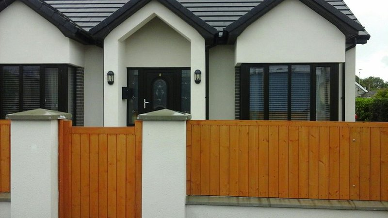 Seaside home close to Mourne Mountains and accessible to main town centre, vakantiewoning in Newcastle