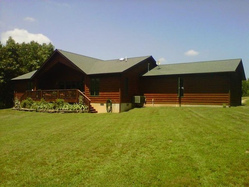Located In The Foothills Of The Ozarks, Enjoy A Peaceful Setting At The Lodge., vacation rental in Steelville