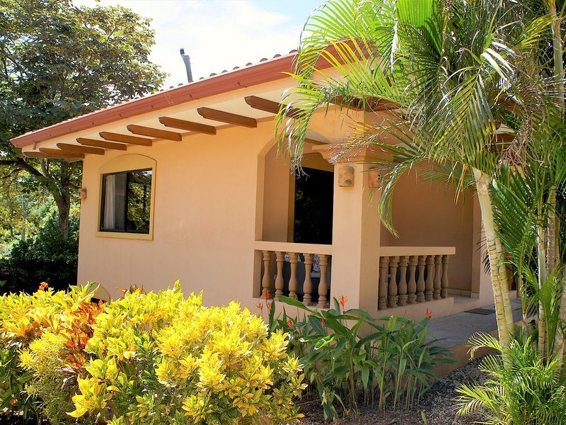 Casita Venado. Cosy little house in safe neighborhood, super close to the beach, alquiler de vacaciones en Playa Junquillal