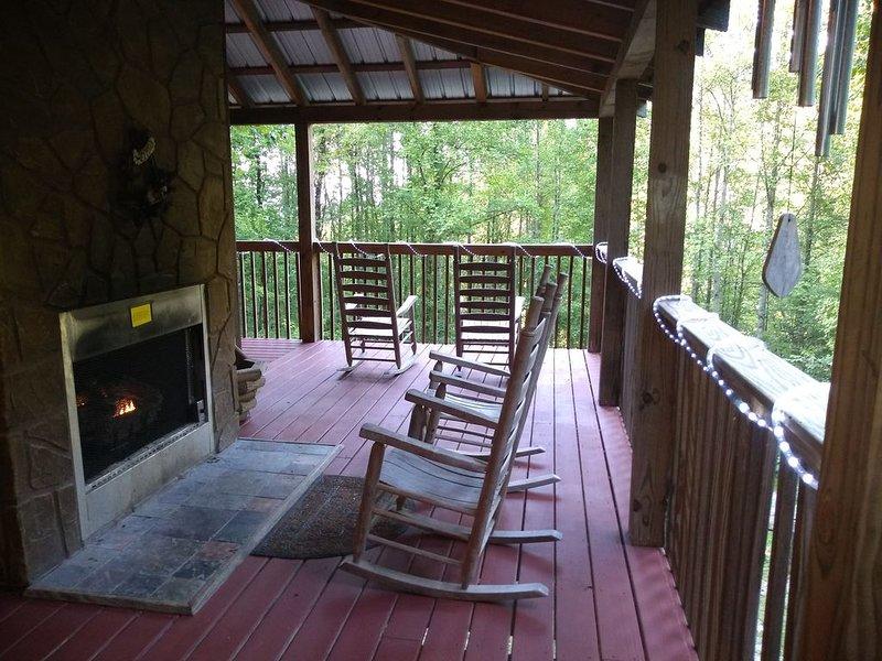 SECLUDED Smoky Mountain Getaway!!  POOLTABLE HOTTUB GSMNP WIFI GRILL CVRD DECKS, alquiler de vacaciones en Wears Valley
