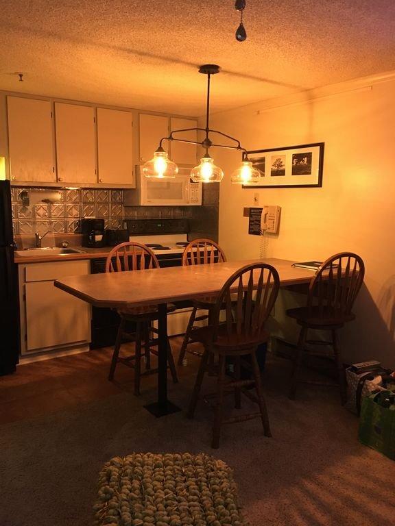 Área de comedor, bar tiene capacidad para 6.