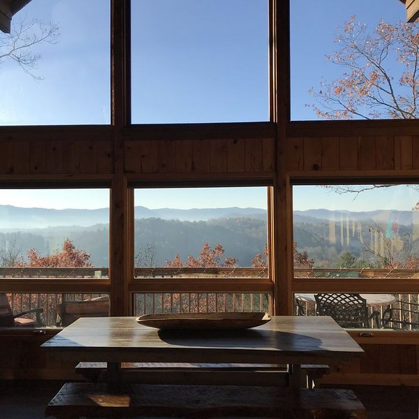Cozy + Secluded 180 Degree Mountain View Cabin. Fall is in the air!, holiday rental in Brevard