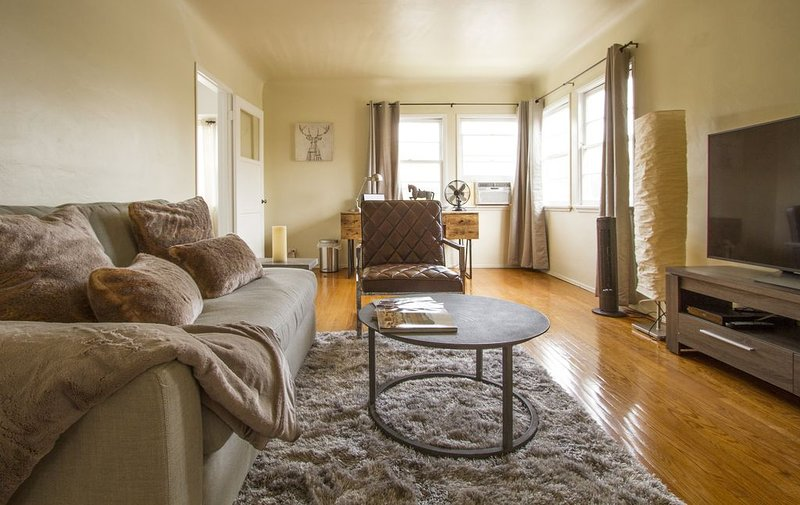 Sunny Apartment with a Mountain View in Central Eagle Rock, holiday rental in Glendale