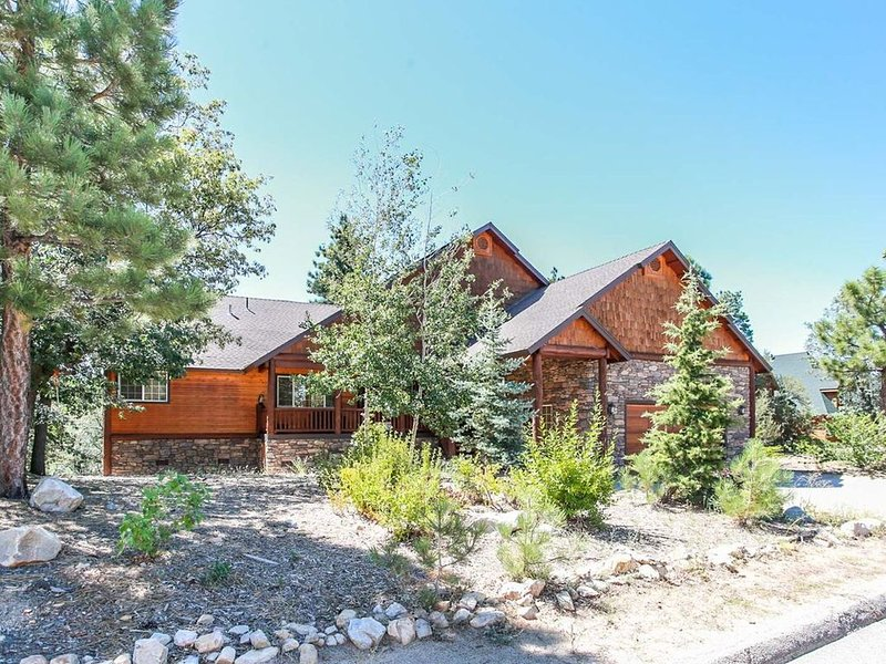 Angel View Chalet Mountain Cabin~Pool Table/Game Room~Outdoor Hot Tub~WiFi~, vacation rental in Big Bear City