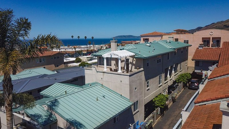 Spacious Downtown Pismo Beach Townhouse - 3 Bed/3 Bath Sleeps 9, holiday rental in Pismo Beach