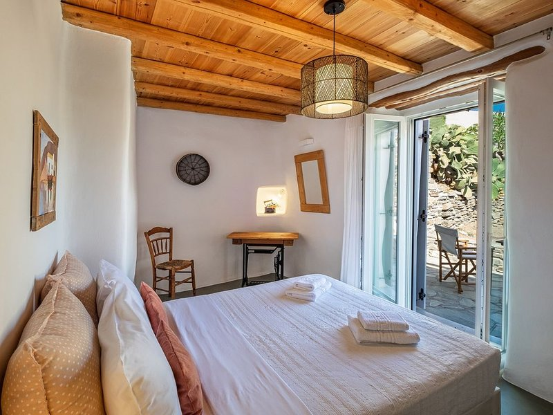 Exochi - Traditional house/sea view roof veranda (up to 4 persons), location de vacances à Krotiri