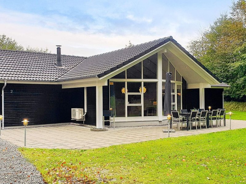Spacious Holiday Home in Jutland With Relaxing Whirlpool, holiday rental in Bredebro