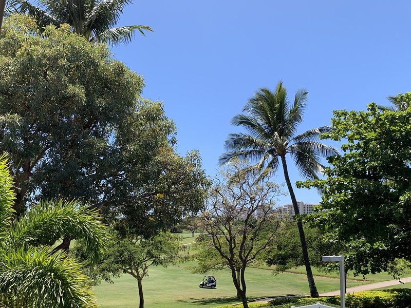 Safe Getaway! 3 BR for the Price of 2! Golf Course View & Golf Cart too!!!, location de vacances à Kapolei