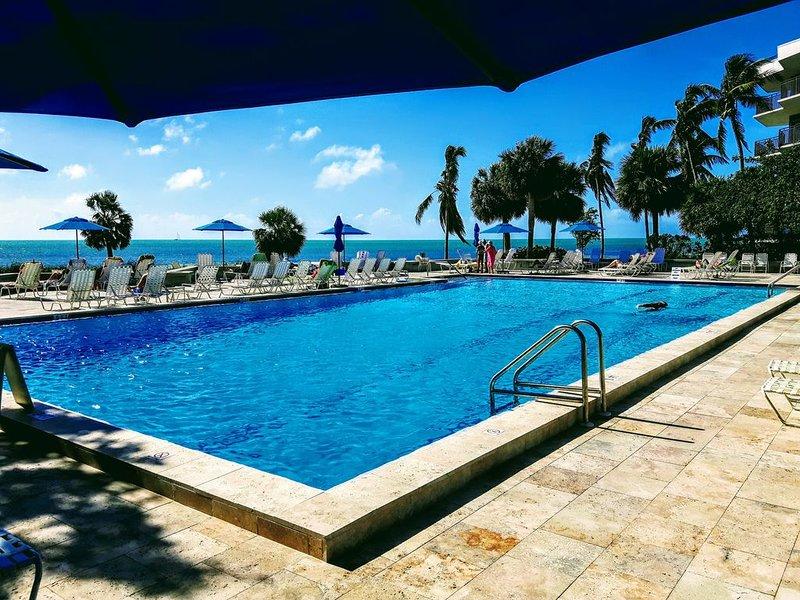 La nostra piscina vicino all'oceano, tanto sole ma anche molta ombra.