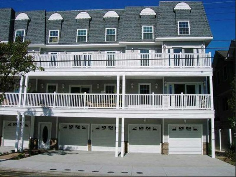 1.5 blocks to beach and boards, can see Morey's Pier from Balcony. Veteran Owned, alquiler de vacaciones en Wildwood