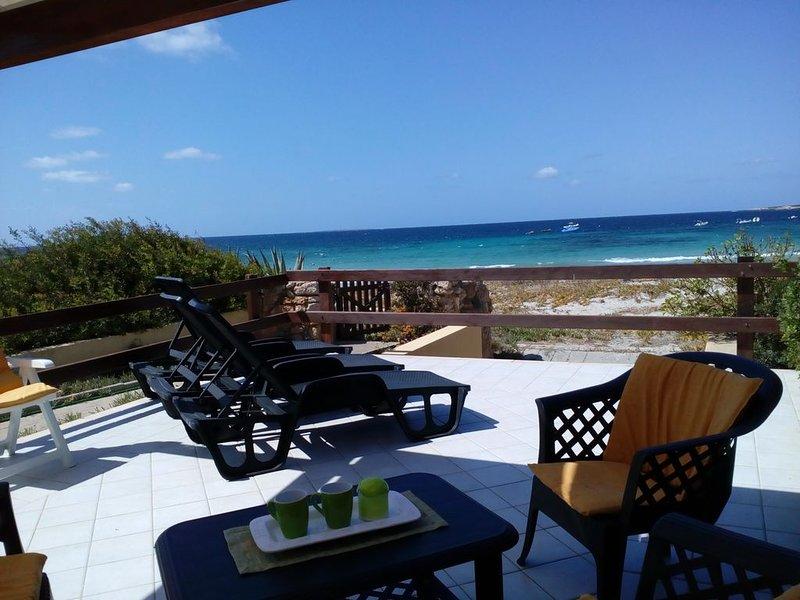 Ampia casa vacanze prima fila sulla spiaggia 10 mt dal mare, parcheggio privato., holiday rental in Putzu Idu