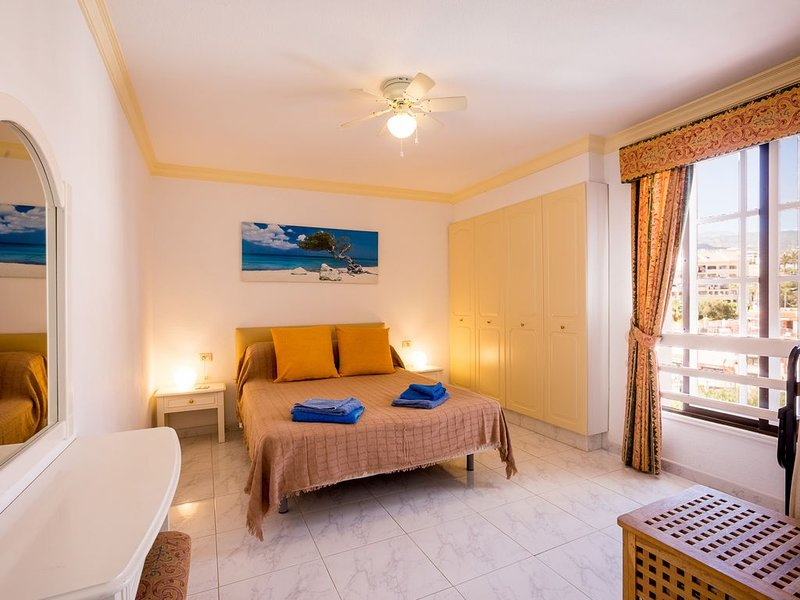 Sunny Duplex Apartment - FREE WIFI with views over Los Cristianos to the Sea – semesterbostad i Los Cristianos