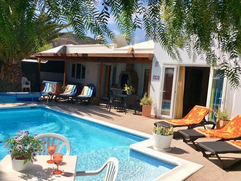 Spacious Villa with Private, Sunny Garden, Sea View and Exclusive Pool + Hot Tub, holiday rental in Playa Blanca