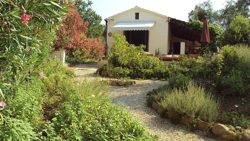 Romantic country house, absolute secluded location, close to the sea, garden, d, aluguéis de temporada em Grilli