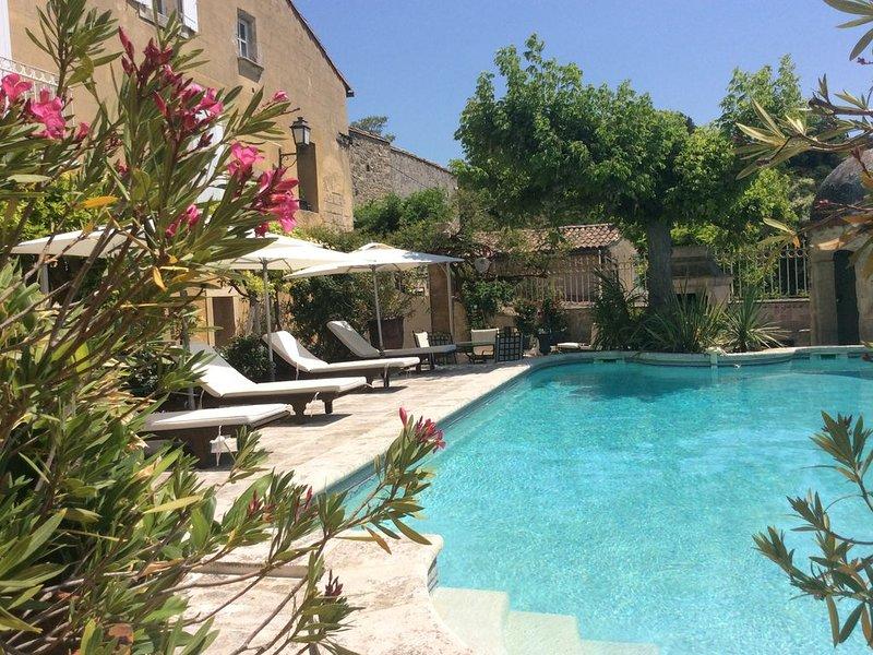 Propriété du XVII vue panoramique sur les Alpilles 5 min d'Avignon, location de vacances à Les Angles