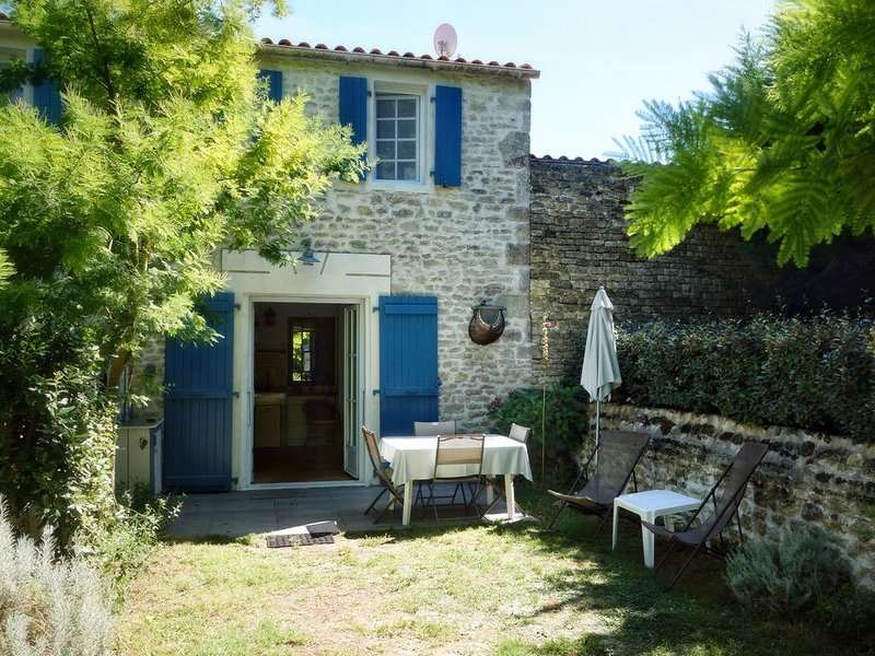 The charm of the stone house with garden, 5 minutes from the ocean, Wifi, casa vacanza a Le Chateau d'Oleron