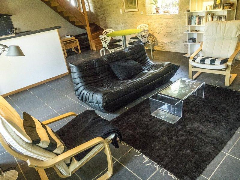 la sala de estar frente a la chimenea