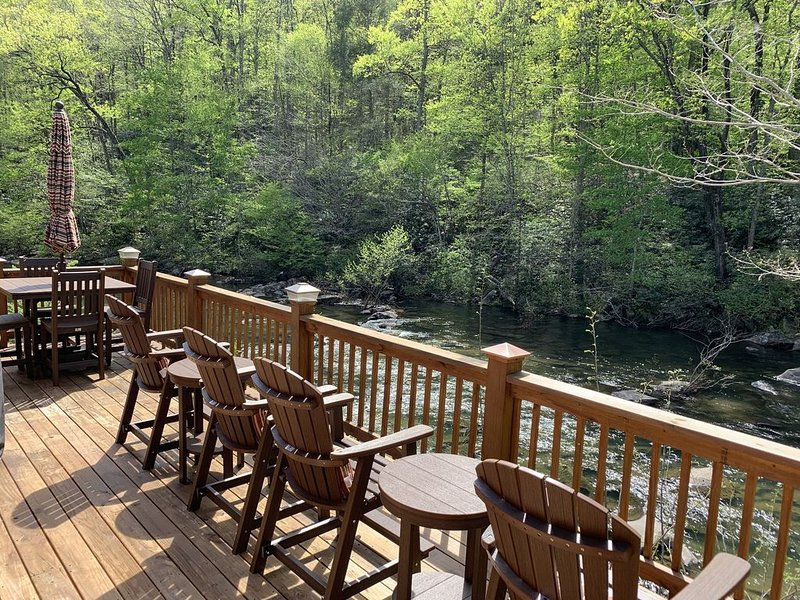 Cabin on Hwy 129 overlooking Cheoah River - 8 miles to Tail of the Dragon, alquiler de vacaciones en Robbinsville