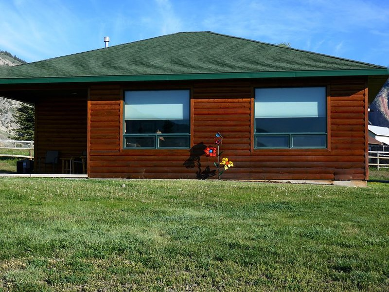 YELLOWSTONE CABIN - THE ELK VIEW CABIN at Yellowstone (River view), holiday rental in Gardiner