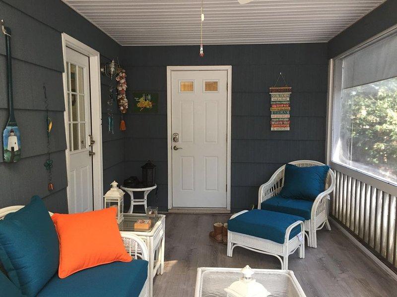 El relajante porche con mosquitero tiene cómodos asientos antes y después de tu día de playa