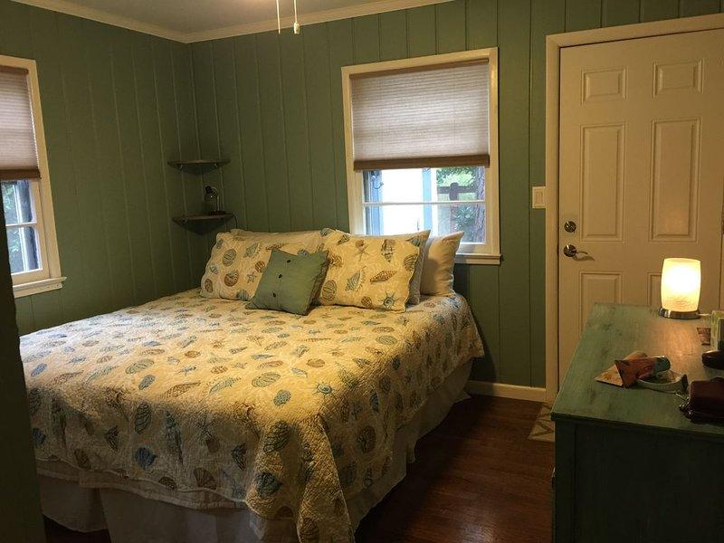 Dormitorio principal, con nueva cama king-size, acceso rápido a la ducha exterior y baño