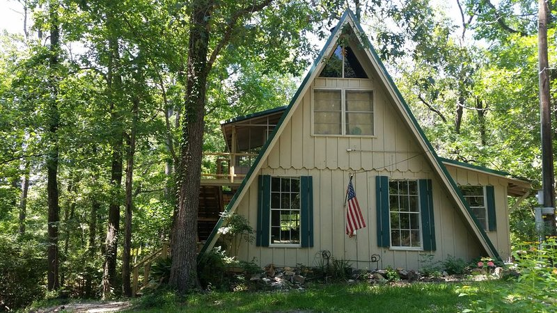 Charming Cabin Walking Distance to Water & Boat Launch, casa vacanza a Bronson