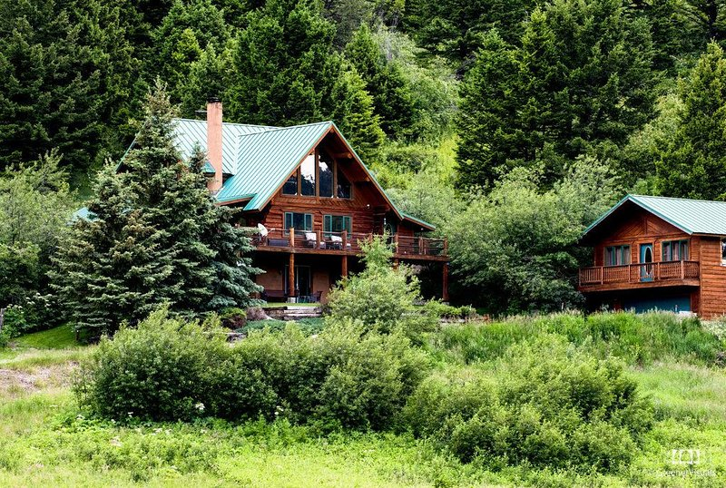 Custom Log Home on 45 Acres ~ Hot Tub and Creek~1hr to Yellowstone Nat'l Park, location de vacances à Livingston