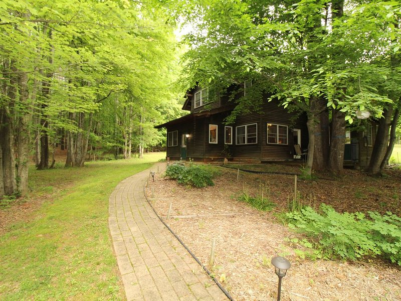 Beautiful Farmhouse On 11 Heavenly Acres, holiday rental in Nellysford